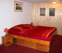 Das Schlafzimmer mit großem Doppelbett - Bild 11: Berlin XXL Apartment an der Badewiese Toplage *WLAN* Hunde